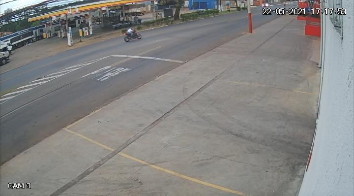 Filmagem do momento que advogado colide moto em poste em Anápolis